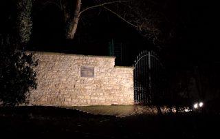 Beleuchtete Gedenktafel an der Mauer des Pfarrgartens